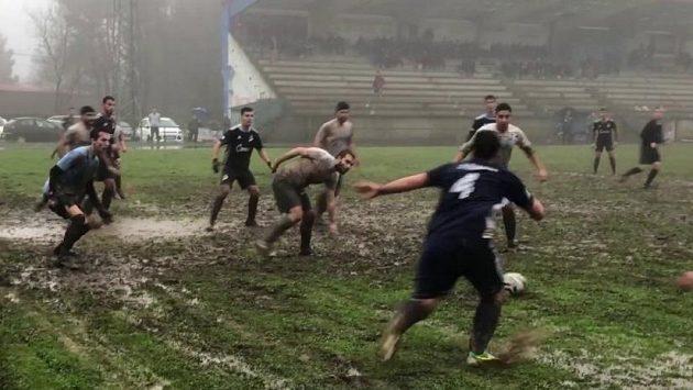 Fotbal ve Španělsku, i tohle jsou někdy podmínky v nižších soutěžích.