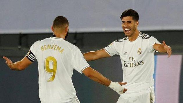 Karim Benzema a Marco Asensio z Realu Madrid se radují z gólu proti Deportivu Alavés.