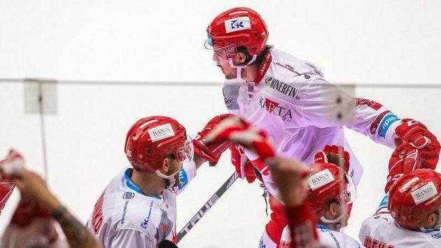 Matěj Stránský z Třince přijímá od spoluhráčů gratulace ke gólu.