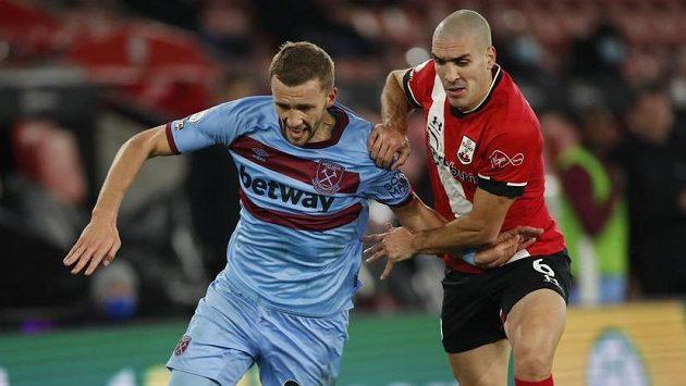 Tomáš Souček (vlevo) z West Hamu a Oriol Romeu ze Southamptonu.