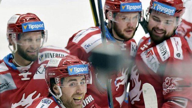 Hráči Třince se radují z gólu. Zleva Martin Růžička, autor branky Ethan Werek, Vladimír Roth a Milan Doudera.