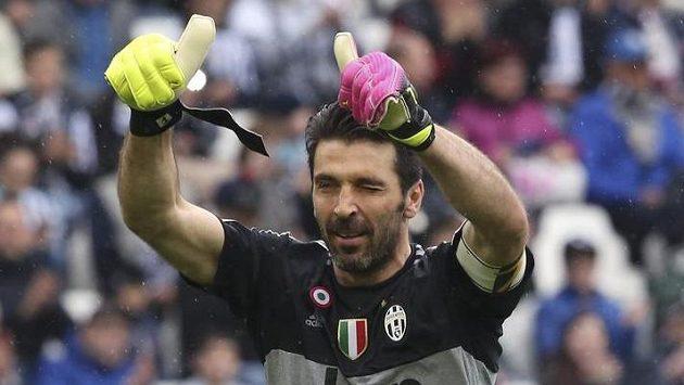 Gianluigi Buffon jistí z branky ideální jedenáctku historie evropských fotbalových šampionátů.