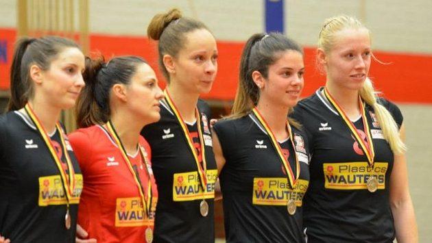 Volejbalistka Barbora Purchartová (první zprava) se stříbrem z belgické ligy.