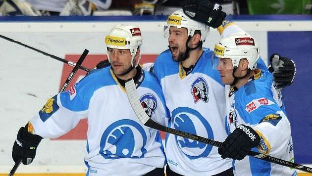 Plzeňský obránce Tomáš Slovák (třetí zprava) se raduje se spoluhráči Martinem Strakou a Tomášem Vlasákem (druhý zprava) ze vstřelení gólu na ledě Sparty.