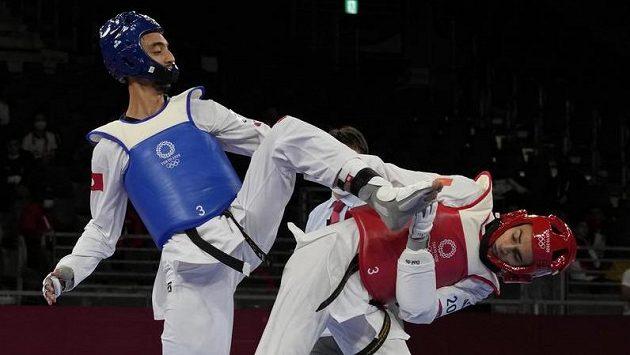 Tuniský taekwondista Mohamed Khalil Jendoubi (vlevo) útočí kopem ve finále olympijského turnaje proti Italovi Vitovi Dell'Aquilaovi.