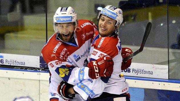 Pardubičtí útočníci Tomáš Marcinko (vlevo) a Lukáš Nahodil se radují z gólu proti Brnu.