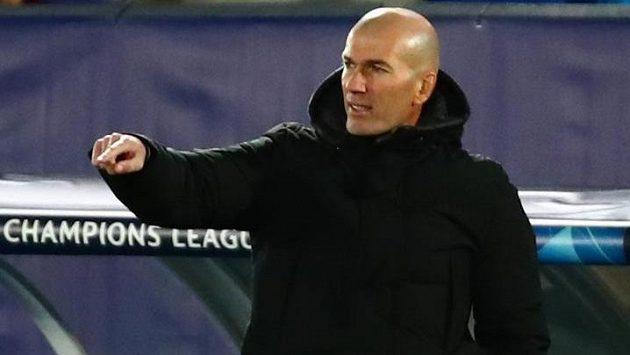 Trenér Zinédine Zidane uděluje pokyny svěřencům z Realu Madrid v utkání Ligy mistrů. Ilustrační foto.