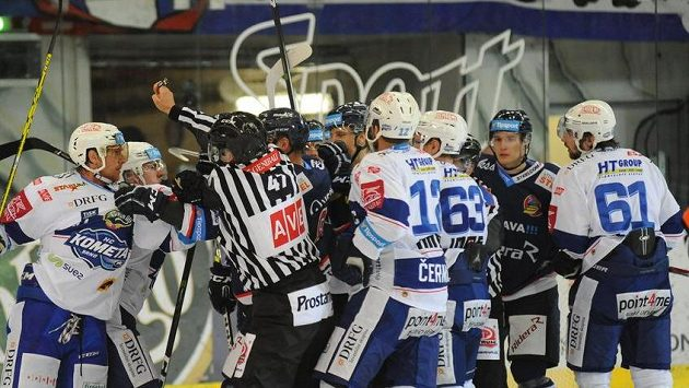 Strkanice mezi brněnskými a vítkovickými hokejisty v závěru druhé třetiny.