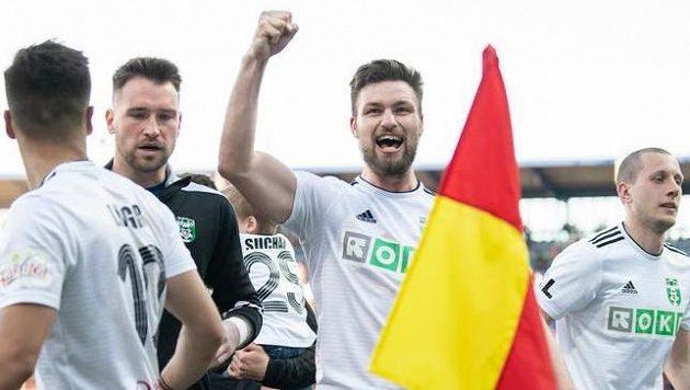 Tomáš Wágner z Karviné (uprostřed) oslavuje vítězství 3:1 na hřišti Sparty.