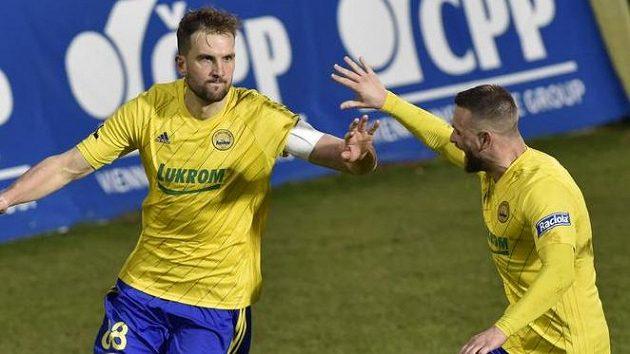 Zleva Tomáš Poznar ze Zlína a Antonín Fantiš ze Zlína se radují z gólu.