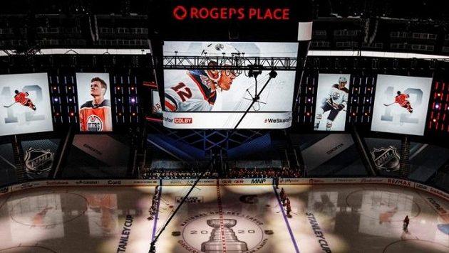 Hokejisté Edmontonu a Calgary před vzájemným zápasem uctili památku útočníka Oilers Colbyho Cavea, který v dubnu zemřel.