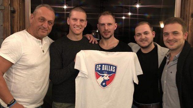 Zdeněk Ondrášek (druhý zleva) s tričkem svého nového klubu a rodinným klanem agentů Zíků. Uprostřed je jeho velký kamarád, hokejista Petr Vampola.