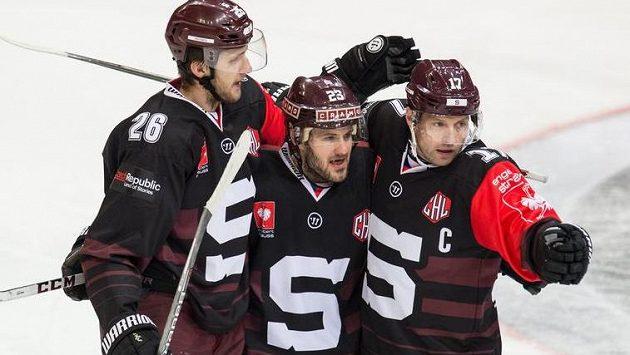 Hokejisté Sparty (zleva) Juraj Mikuš, Lukáš Pech a Jaroslav Hlinka se radují. Budou mít důvod i dnes večer?