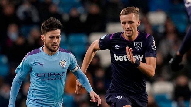Fotbalista Manchesteru City David Silva a Tomáš Souček z Wast Hamu bojují o balón v dohrávce 26. kola Premier League.