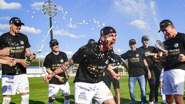 Hráči Hradce Králové oslavují vyhrané utkání a postup do první ligy.