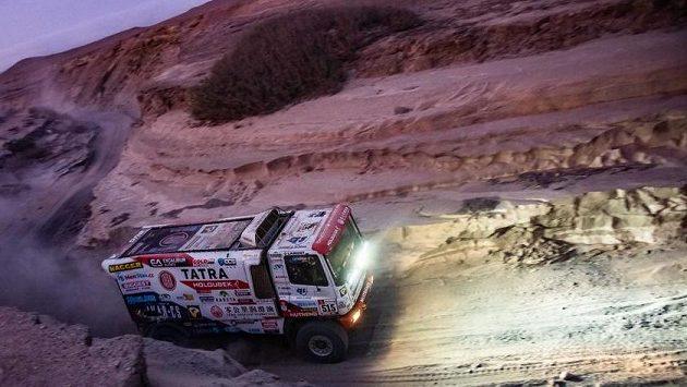 Česká posádka Martin Šoltys, David Schovánek a Tomáš Šikola s kamionem značky Tatra na trati 6. etapy Rallye Dakar z Arequipy do San Juan de Marcona.