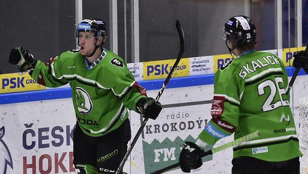 Adam Zbořil (vlevo) z Mladé Boleslavi se raduje z gólu (archivní foto)