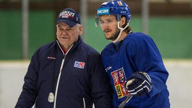 Obránce Tomáš Kundrátek a trenér Vladimír Vůjtek během kempu ve Velkých Popovicích.