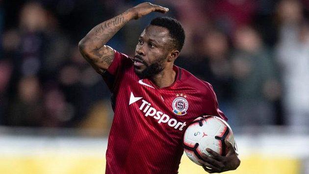 Guelor Kanga ze Sparty oslavuje gól z penalty v utkání proti Sigmě Olomouc.