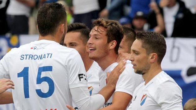 Hráči Baníku Ostrava se radují z první branky proti Dukle, uprostřed autor gólu Ondřej Šašinka.