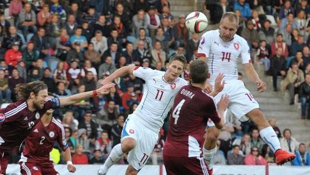 Daniel Kolář (vpravo) v hlavičkovém souboji v zápase s Lotyšskem.
