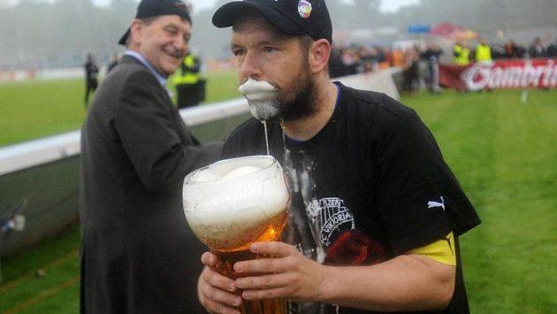 Kapitán Plzně Pavel Horváth při oslavách mistrovského titulu nezapřel, že vítězný tým pochází z města piva.