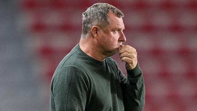 Zamyšlený trenér Sparty Praha Pavel Vrba.