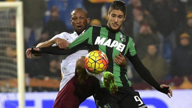 V souboji o míč Diego Falcinelli (vpravo) ze Sassuola a Seydou Keita z AS Řím.