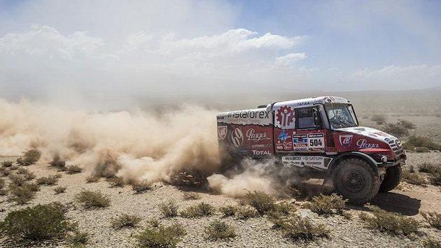 Aleš Loprais uhání s kamiónem Tatra při Rallye Dakar.