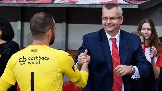 Jaroslav Tvrdík a brankář Slavie Ondřej Kolář během oslav a předání trofeje pro mistra ligy.