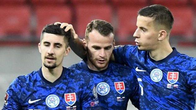 Slovenští fotbalisté se radují z gólu proti Rusku v kvalifikaci MS.