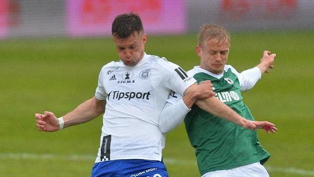 ZlevaMartin Nešpor z Olomouce aJaroslav Zelený z Jablonce v souboji o míč v utkání 30. kola první fotbalové ligy.