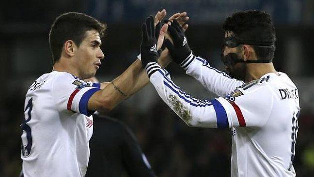Diego Costa (vpravo) a Oscar slaví gól Chelsea.