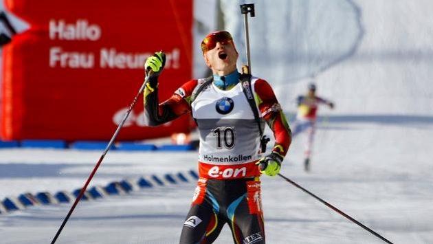 Ondřej Moravec jásá v cíli závodu na 15 km s hromadným startem SP v Oslu.