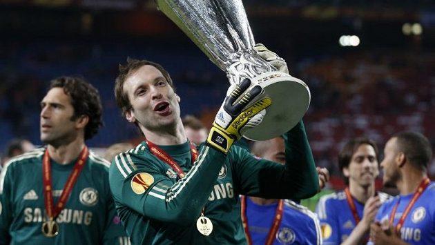 Petr Čech jásá s pohárem pro vítěze Evropské ligy po finálovém triumfu nad Benfikou Lisabon.