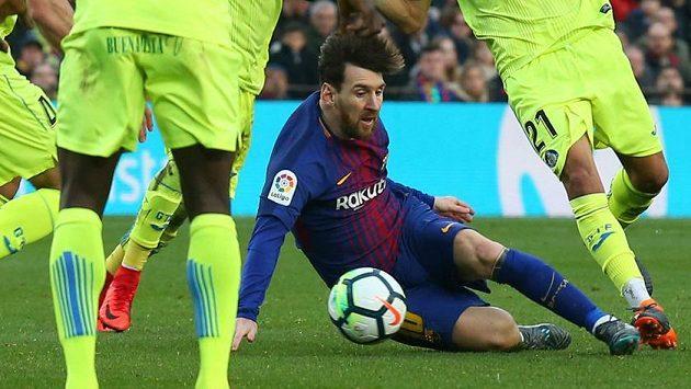Barcelonský Lionel Messi se ztratil v houštině přesily hráčů Getafe...
