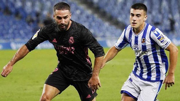 Dani Carvajal (vlevo) z Realu Madrid v souboji s Anderem Barrenetxeou ze San Sebastianu.