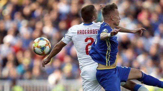 Pavel Kadeřábek bojuje o míč v zápase proti Kosovu