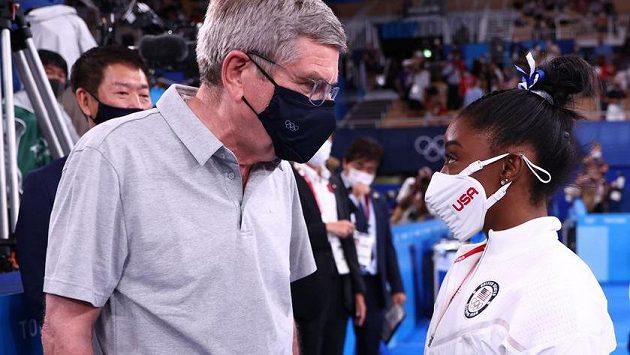Prezident MOV Thomas Bach v rozhovoru s americkou gymnastkou Simone Bilesovou.
