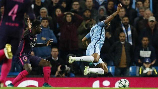 Raheem Sterling z Manchesteru City padá v šestnáctce v duelu s Barcelonou.