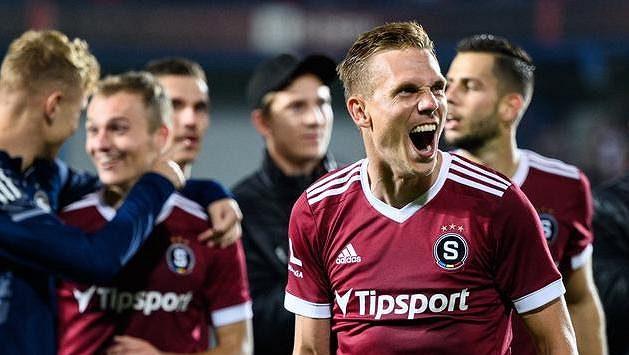 Bořek Dočkal ze Sparty Praha během oslav vítězství v derby.