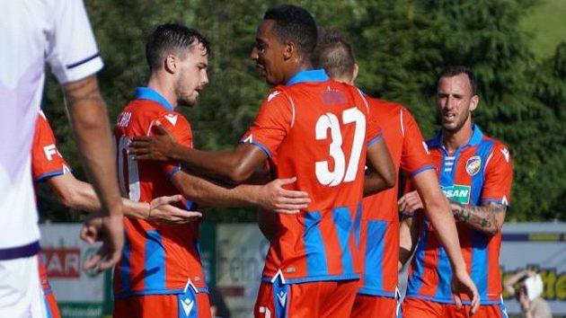 Fotbalisté Plzně (zleva Pavel Bucha, Jhon Mosquera a Matěj Hybš) se radují z gólu do sítě ruské Ufy v přípravném utkání v Rakousku.