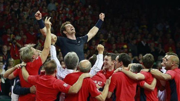 Andy Murray v tenisovém ráji! Slaví na ramenou celého týmu Velké Británie zisk Davis Cupu...