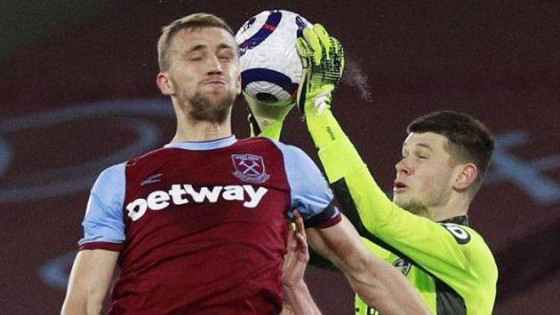 Tomáš Souček z West Hamu v souboji s brankářem Leedsu Illanem Meslierem.
