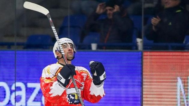 Kladenský útočník Tomáš Plekanec se ve speciálním vánočním dresu raduje z jednoho ze svých dvou gólů proti Přerovu.