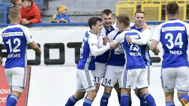 Fotbalisté Mladé Boleslavi se radují z gólu.