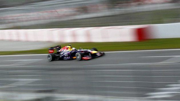 Sebastian Vettel s monopostem Red Bull při testech v Barceloně. Ukáže všem soupeřům znovu záda?