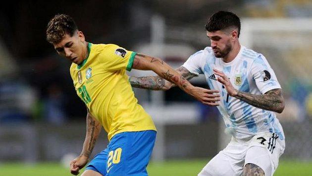 Argentinec Rodrigo de Paul (vpravo) ve finále Copy America s Brazilcem Robertem Firminem.