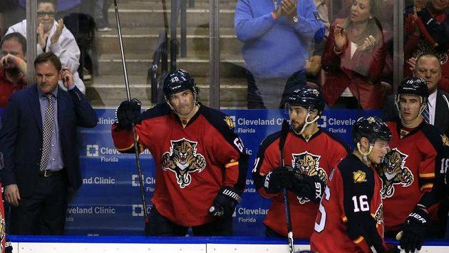 Přes 19 tisíc diváků tleskalo české 68. Jágr (uprostřed) si proti Bostonu připsal svůj 1851. bod v NHL.