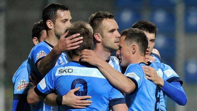 Autor druhého gólu Jasmin Ščuk (uprostřed čelem) z Boleslavi se raduje se spoluhráči.